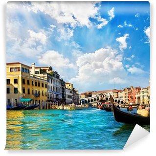 Vinylová Fototapeta Benátky Canal Grande s gondolami a Ponte di Rialto, Itálie