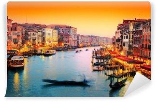Vinylová Fototapeta Benátky, Itálie. Gondola plave na Canal Grande při západu slunce
