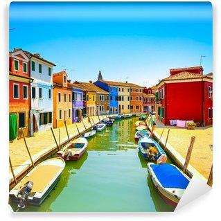 Vinylová Fototapeta Benátky mezník, ostrov Burano kanál, barevné domy a lodě,