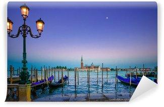 Vinylová Fototapeta Benátky, pouliční lampy a gondoly na západ slunce a kostel. Itálie