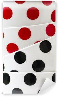 Vinylová Fototapeta Bílé nádobí s černými a červenými tečkami