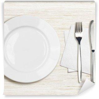 Vinylová Fototapeta Bílý talíř, nůž, vidlička a ubrousek pohled shora na dřevěný stůl