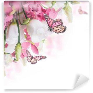 Fototapeta Vinylowa Bukiet z białych i różowych róż, Motyl. kwiatów w tle.