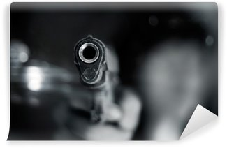 Vinylová Fototapeta Černá a bílá, žena ukazuje starou pistolí v ruce