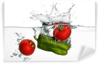 Vinylová Fototapeta Čerstvá rajčata a zelený pepř splash ve vodě izolovaných na svatodušní
