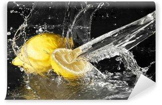 Vinylová Fototapeta Čerstvé kapky vody na citronu na černém pozadí