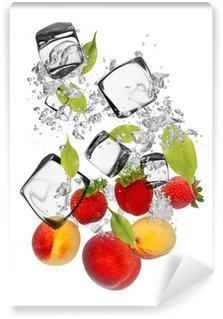 Vinylová Fototapeta Čerstvé ovoce, které spadají do stříkající vodě