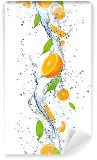 Vinylová Fototapeta Čerstvé pomeranče, které spadají do stříkající vodě