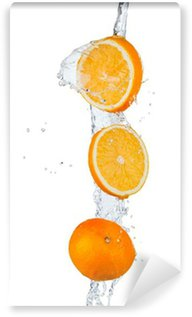 Vinylová Fototapeta Čerstvé pomeranče spadající do stříkající vodě, izolovaných na bílém backgro