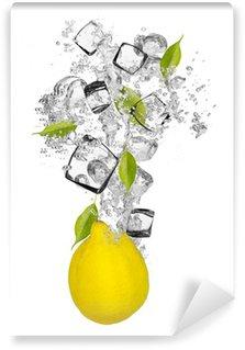 Vinylová Fototapeta Čerstvý citron, které spadají do stříkající vodě