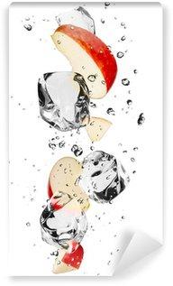 Vinylová Fototapeta Červené plátky jablek s kostkami ledu, izolovaných na bílém pozadí