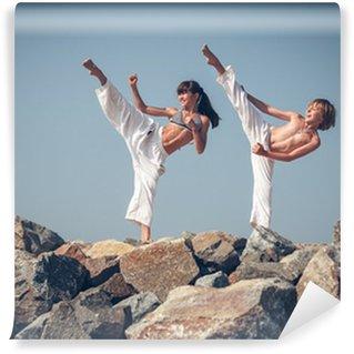 Vinylová Fototapeta Děti trénink karate na kamenné pobřeží