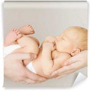 Vinylová Fototapeta Dítě novorozenec spí na rukou rodičů, dítě a rodinné koncepce