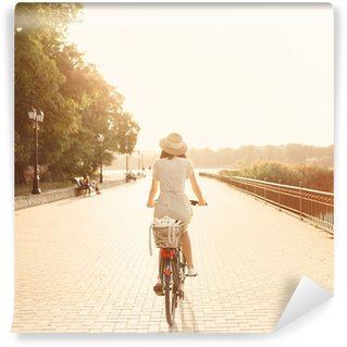 Vinylová Fototapeta Dívka jízdě na kole v parku u jezera. Lightleak efekt