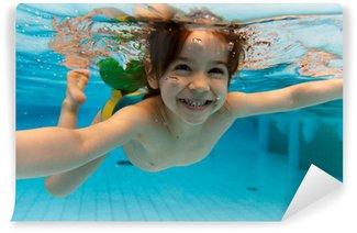 Vinylová Fototapeta Dívka se usmívá, plavání pod vodou v bazénu