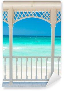 Vinylová Fototapeta Dřevěná terasa s výhledem na tropické pláži na Kubě