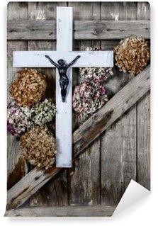 Vinylová Fototapeta Dřevěný kříž a bílé hortenzie květ na pozadí staré dřevěné stěny