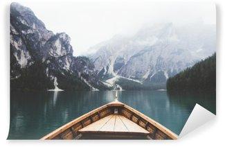 Fototapeta Winylowa Drewno w łodzi jeziora Braies