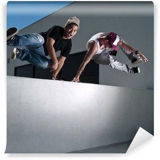 Vinylová Fototapeta Dva muži parkouru zdarma běžců na lyžích přes zeď