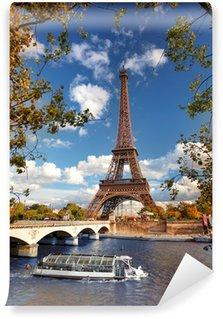 Vinylová Fototapeta Eiffelova věž s lodí na Seině v Paříži, Francie