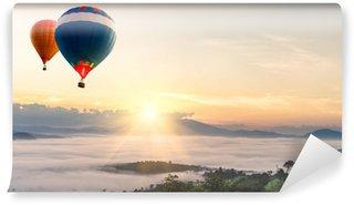 Vinylová Fototapeta Horkovzdušný balón nad mořem mlhy