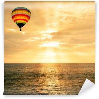 Vinylová Fototapeta Horkovzdušný balón nad mořem při západu slunce