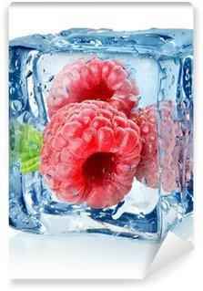 Vinylová Fototapeta Ice cube a izolované maliny