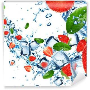 Vinylová Fototapeta Jahody v stříkající vodě s kostkami ledu