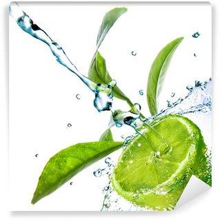 Vinylová Fototapeta Kapky vody na vápno s zelené listy izolovaných na bílém