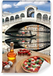 Vinylová Fototapeta Klasická italská pizza v Benátkách proti mostu Ponte di Rialto, Itálie