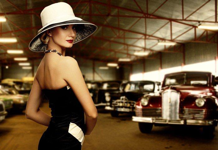 Fototapeta Vinylowa Kobieta w kapeluszu w stylu retro garażu - Inne