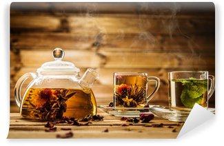 Vinylová Fototapeta Konvice a skleněné šálky s čajem proti dřevěným pozadí