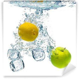 Vinylová Fototapeta Kostky ledu, citron a jablko jsou spadl do vody
