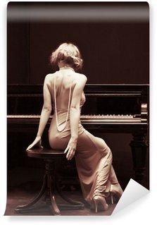 Vinylová Fototapeta Krásná mladá atraktivní žena v koktejlové šaty a klavír