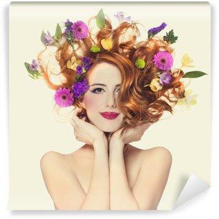 Vinylová Fototapeta Krásná rusovláska dívka s květinami izolovaných.