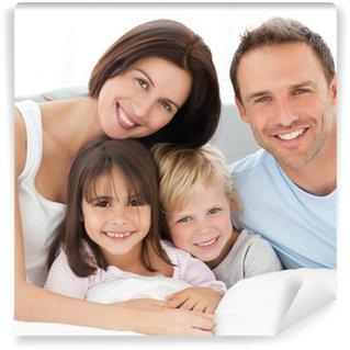 Vinylová Fototapeta Krásný rodinný sedí společně na posteli