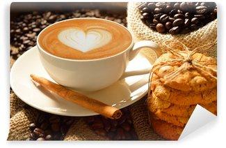 Fototapeta Winylowa Kubek cafe latte z ziaren kawy i ciasteczka