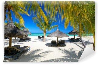 Fototapeta Vinylowa Leżaki i parasole na piaszczystej plaży, mauritius