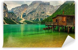 Vinylová Fototapeta Loděnice v Braies jezera při zatažené obloze, Dolomity, Itálie