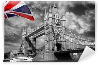Vinylová Fototapeta London Tower Bridge s barevnými vlajkou Anglie
