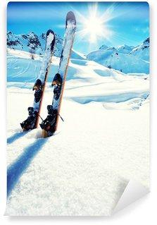 Vinylová Fototapeta Lyže ve sněhu na horách