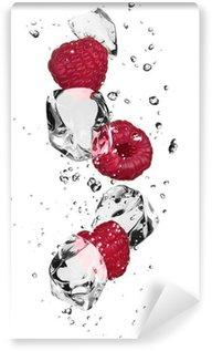 Vinylová Fototapeta Maliny s kostkami ledu, izolovaných na bílém pozadí
