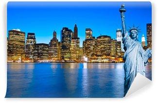 Vinylová Fototapeta Manhattan Skyline a Socha Svobody v noci, New York C