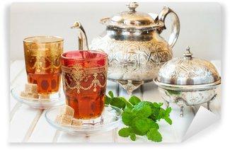 Vinylová Fototapeta Marocký čaj s mátou a cukru ve sklenici na bílém stole