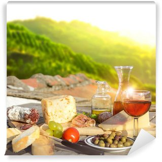 Vinylová Fototapeta Mediterrane Köstlichkeiten serviert auf Terrasse in Italien