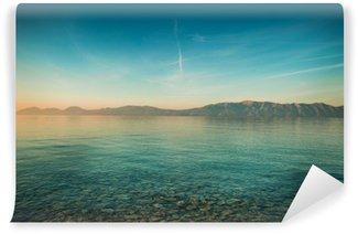 Vinylová Fototapeta Mírové krajina s mořem a kopci před východem slunce