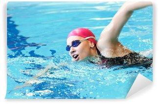 Vinylová Fototapeta Mladá dívka plave freestyle v bazénu