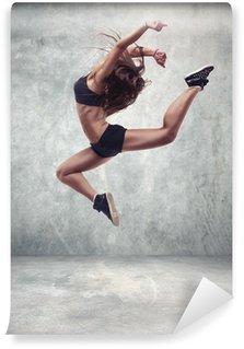 Vinylová Fototapeta Mladá žena tanečnice s grunge zeď na pozadí