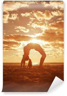 Fototapeta Vinylowa Młoda piękna sylwetka szczupła kobieta praktyki jogi na plaży, o.