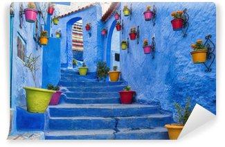 Vinylová Fototapeta Modrý schodiště a stěna zdobené barevnými květináče, Chefchaouen Medina v Maroku.